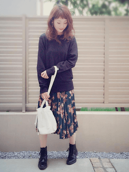レースアップブーツ×ロングニット×花柄スカート