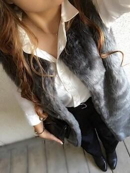 ファーベスト×白シャツ×ジーンズ