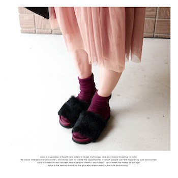 ボルドー靴下×黒色ファータイプのスリッパサンダル