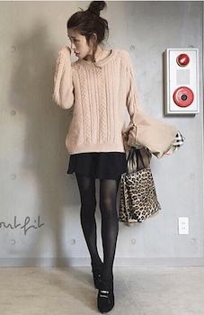 スエードブーティ×ケーブル編みセーター×ミニスカート