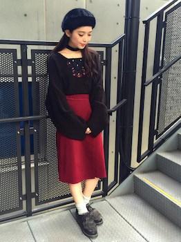 ラップ風スカート×黒ニット×ベレー帽