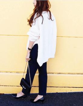 ウォレットバッグ×白色セーター×ジョガーパンツ