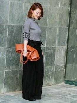 リブハイネック×マキシ丈スカート×トートバッグ