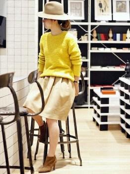 スエードブーティ×黄色ニット×Aラインスカート