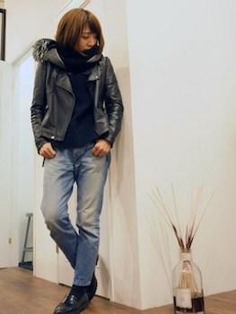 モックネック×ライダースジャケット×ジーンズ