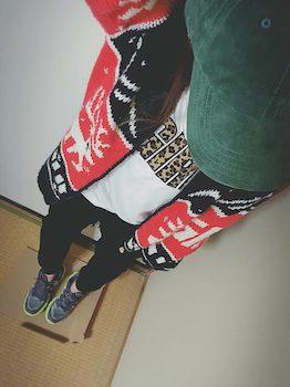 カウチンニット×プリントTシャツ×ジャージーパンツ