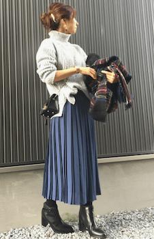 タートルリブニット×プリーツロングスカートのタックインコーデ