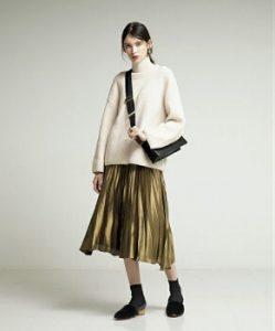 ナチュラルなメタリックスカートはフェミニンなコーデ