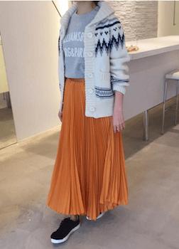 カウチンニット×プリントTシャツ×プリーツスカート