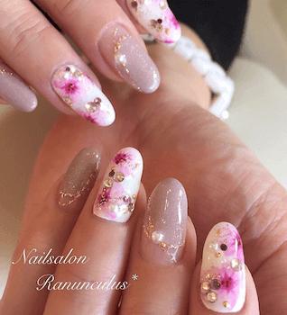 4桜花とベージュピンクの入学式で人気のネイル