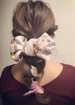 フィッシュボーン編み込みのスカーフのヘアアレンジ