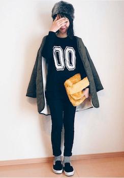 メタリックコート×数字プリントTシャツ×ジーンズ