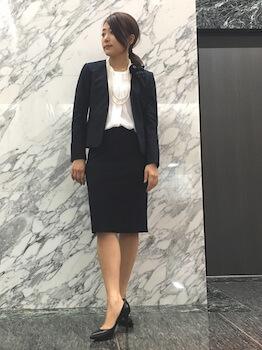 12黒ノーカラーの入学式のレディースのスーツ