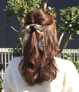 ハーフアップりぼん結びのスカーフのヘアアレンジ