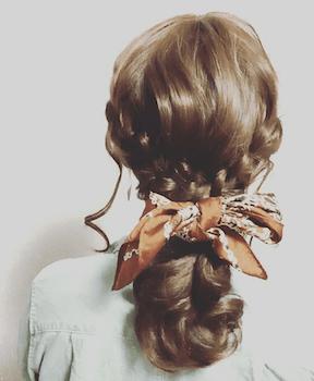 三つ編みくるりんポニーテールのスカーフのヘアアレンジ