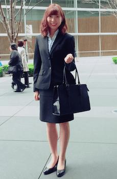 5フリルブラウンスとテーラードジャケットの入学式のレディースのスーツ