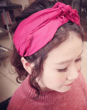 カチューシャバンダナ結びのスカーフのヘアアレンジ