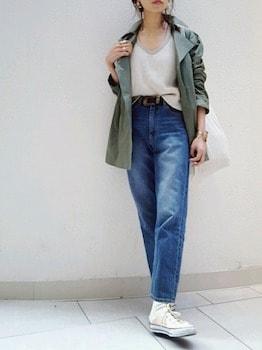 ミニタリージャケット×ジーンズ×白のスニーカー