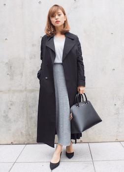 黒のトレンチコート×ラウンドネックニット×ロングスカート
