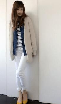 ベージュのカーディガン×ボーダーロンT×デニムシャツ×ホワイトデニムパンツ