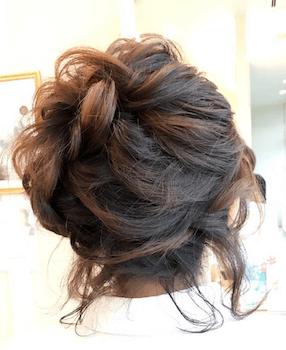 入学式でスーツに合うレディースのネジリ編み込むアップの髪型