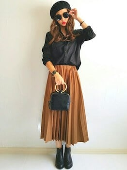 黒のブラウス×プリーツスカート×ショートブーツ