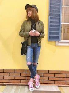 ピンクのスニーカー×MA1×ダメージジーンズ