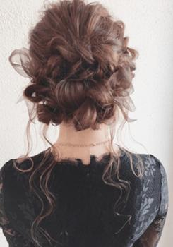 卒業式でスーツに合うレディースのロングのミックス編みアップの髪型