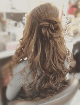入学式でスーツに合うロングの髪型でローズモチーフの髪型