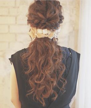入学式でスーツに合うロングの髪型で編み込みリボンとバレッタの髪型