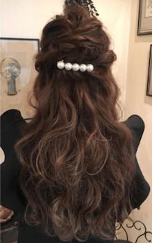 入学式でスーツに合うロングの髪型でパールバレッタハーフアップの髪型