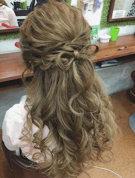 ロングの三つ編みリボン結びの髪型