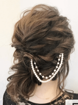入学式でスーツに合うレディースの編み込み&パールチェーンの髪型