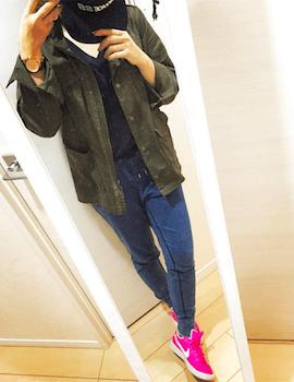 ピンクのスニーカー×ミリタリーシャツ×スウェットパンツ