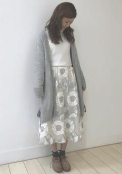 グレーのカーディガン×白トップス×花柄スカート