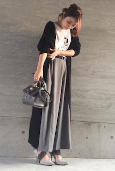 黒のカーディガン×プリントTシャツ×マキシ丈スカート