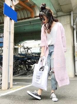 ピンクのカーディガン×白Tシャツ×ダメージジーンズ
