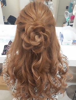 ロングのフラワー巻きの髪型