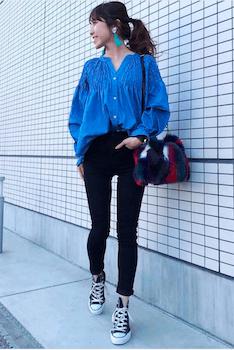 スキッパーシャツ×黒デニムシャツ×春のスニーカー