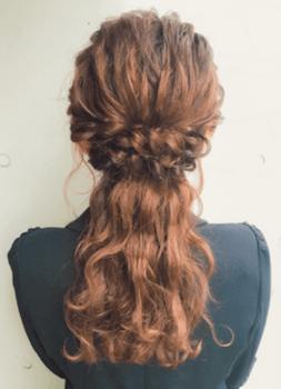 ロングの三つ編みハーフアップの髪型