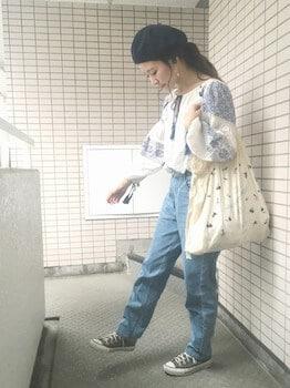 刺繍ブラウス×ジーンズ×スニーカー