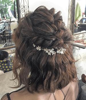 入学式でスーツに合うレディースの編み込み&ビジュー飾りの髪型