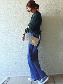 ネイビーのスニーカー×ニットセーター×デニムパンツ