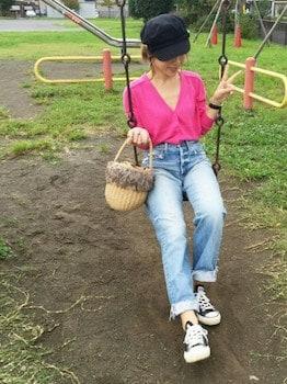 ピンクのカーディガン×ジーンズ×キャスケット