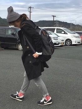 黒のトレンチコート×デニムパンツ×ニット帽子