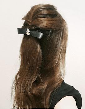 入学式でスーツに合うレディースのポンパドール風リボンバレッタの髪型