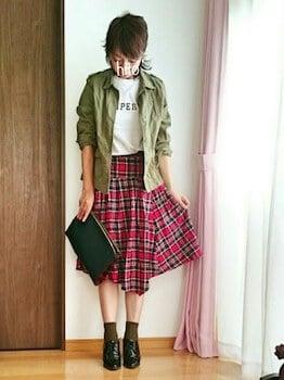 チェックフレアスカート×プリントTシャツ×ミニタリージャケット