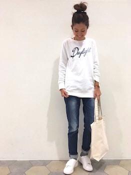 プリントトレーナー×ジーンズ×白のスニーカー