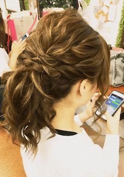 卒業式でスーツに合うセミロングの編み込みハーフアップポニーの髪型
