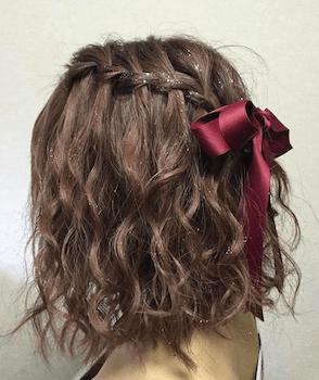 卒業式でスーツに合うウェーブハーフアップのショート・ボブの髪型